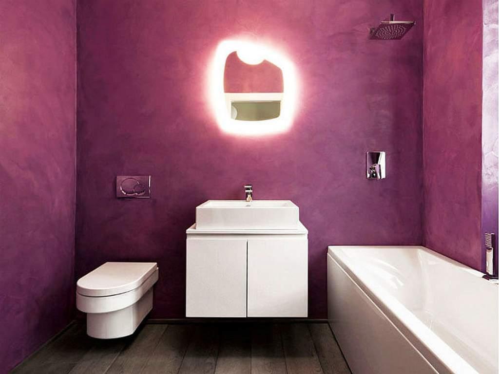 Пурпурная декоративная штукатурка в ванной