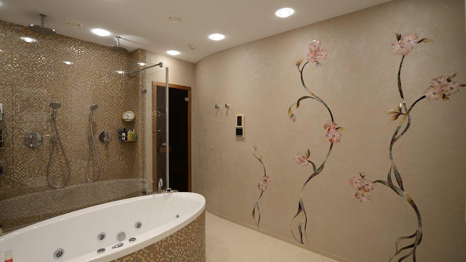 Коричневая декоративная штукатурка и мозаика в ванной
