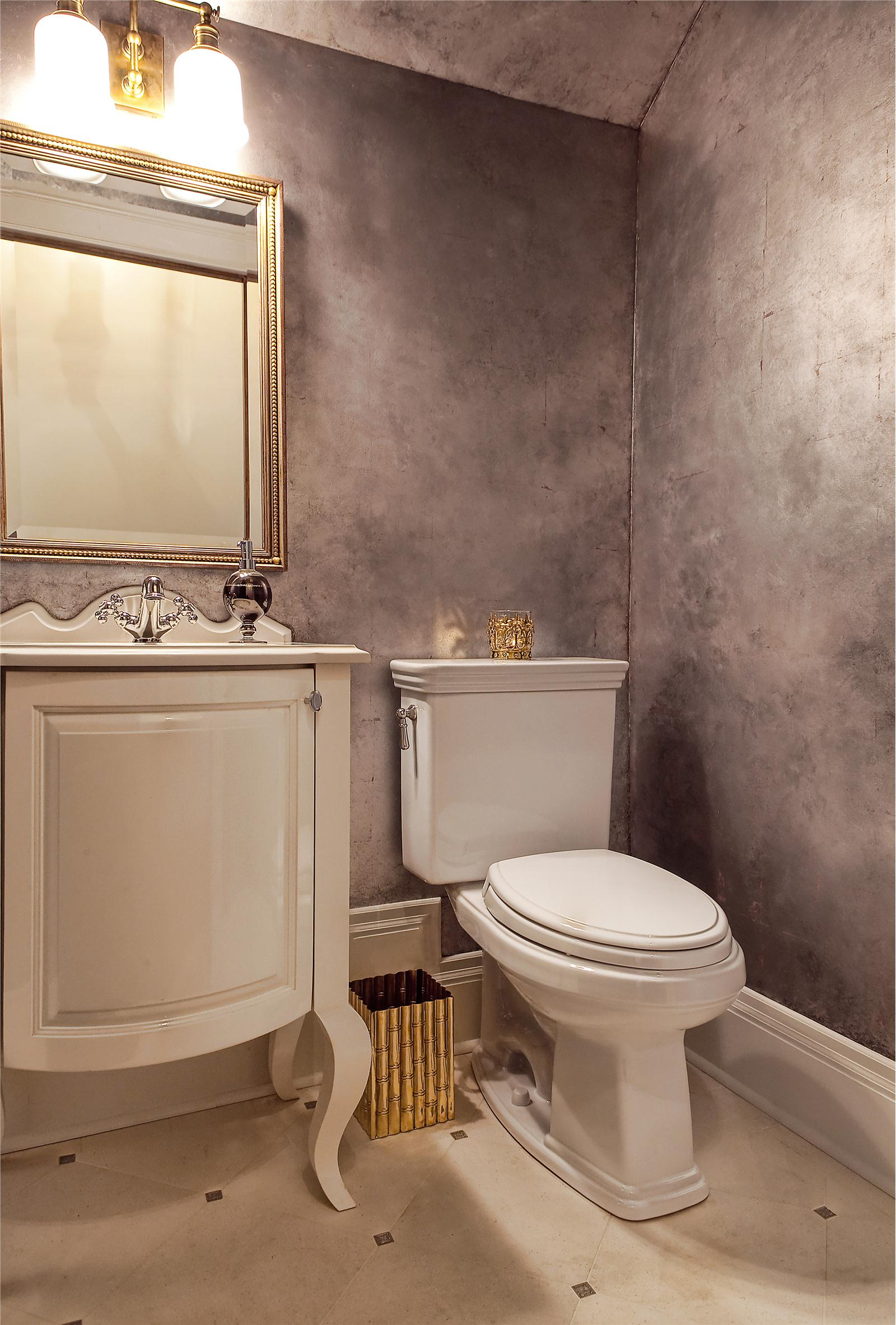 Серебристая декоративная штукатурка в интерьере ванной