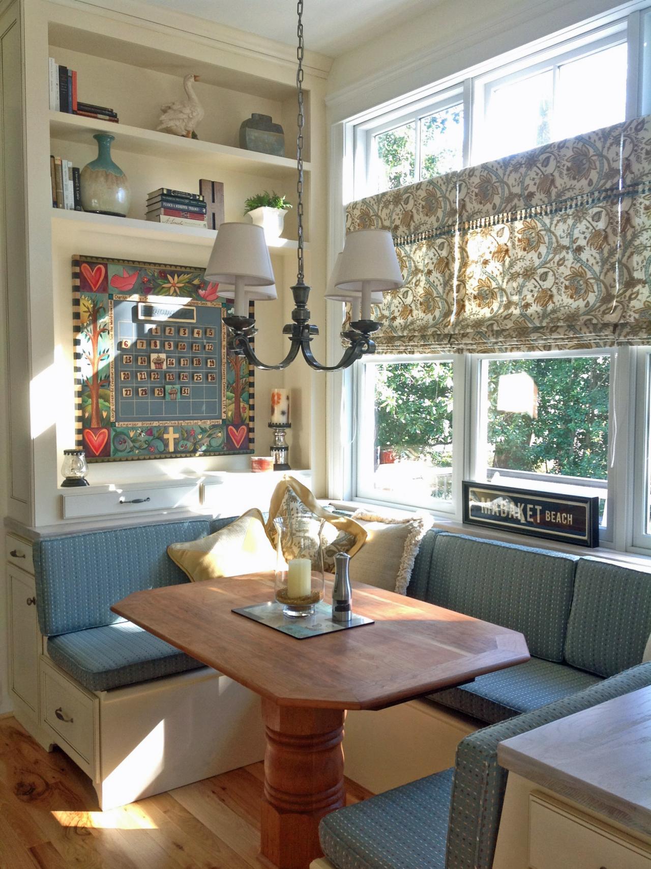 Кухня с диваном в деревенском стиле