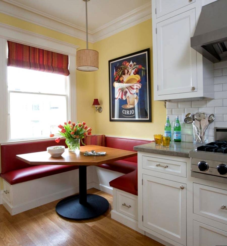 Красно-белый диван в маленькой кухне