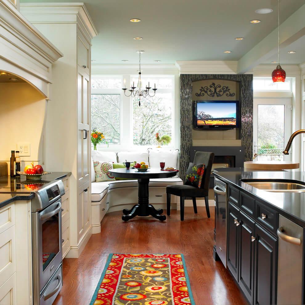 Угловой диван в кухне с островом