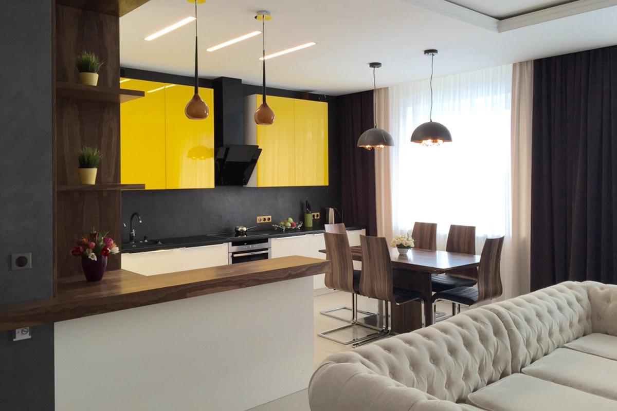 Кремовый диван в кухне-гостиной с желтыми акцентами