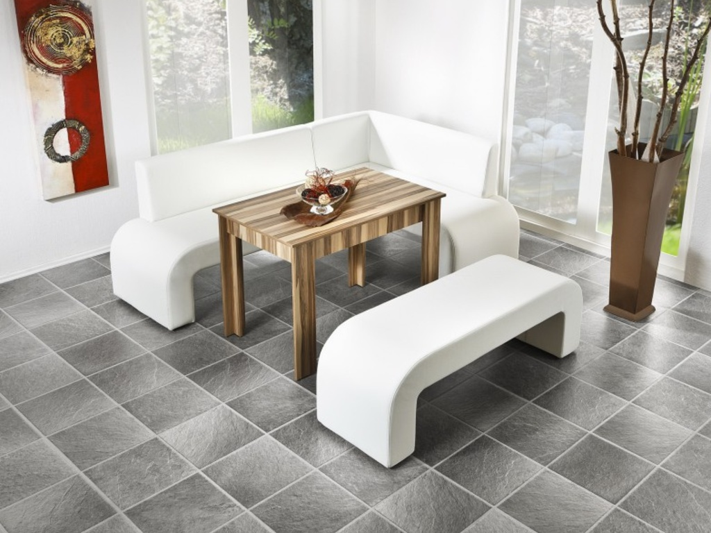 Белый диван и скамья на кухне