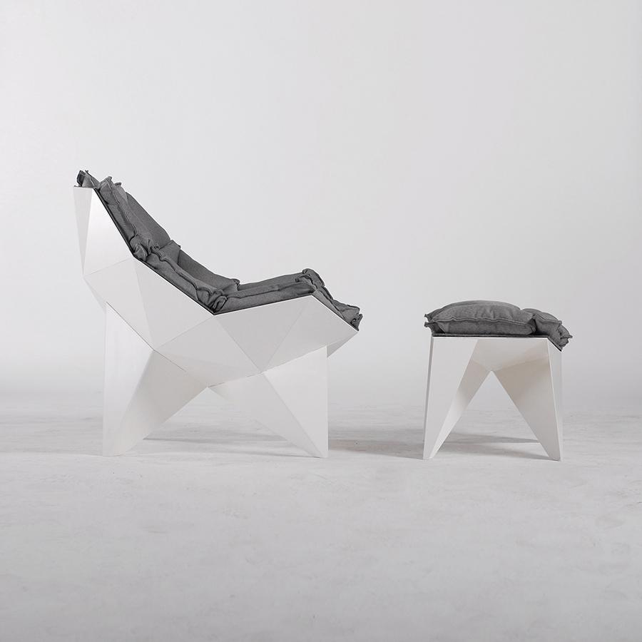 Современное кресло с оттоманкой