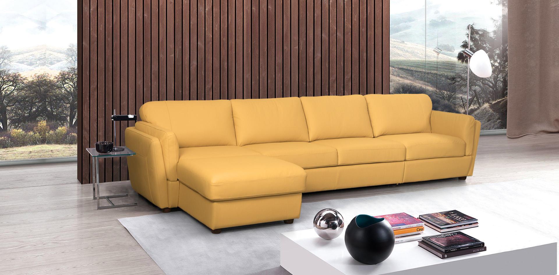 Оранжевый диван с оттоманкой в гостиной