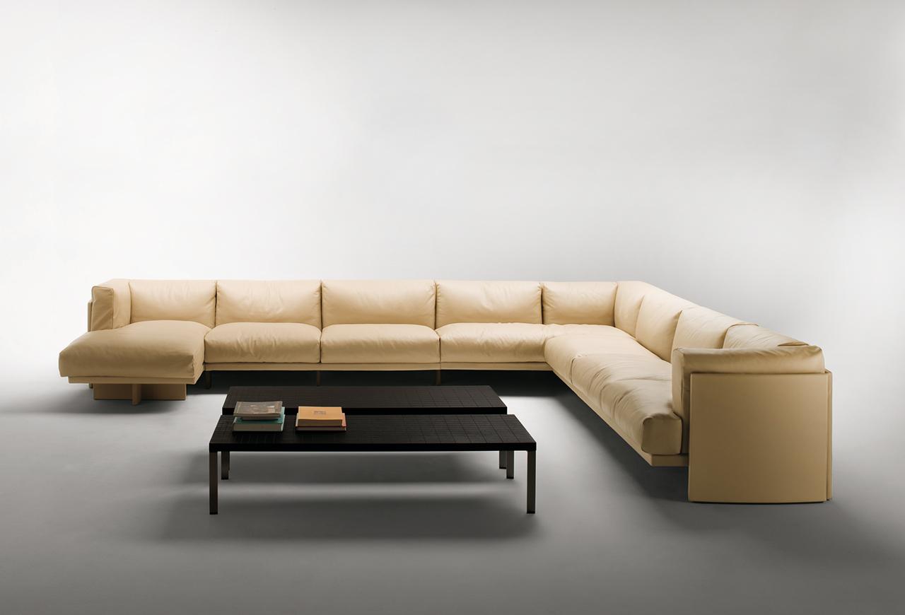 Бежевый модульный диван с оттоманкой