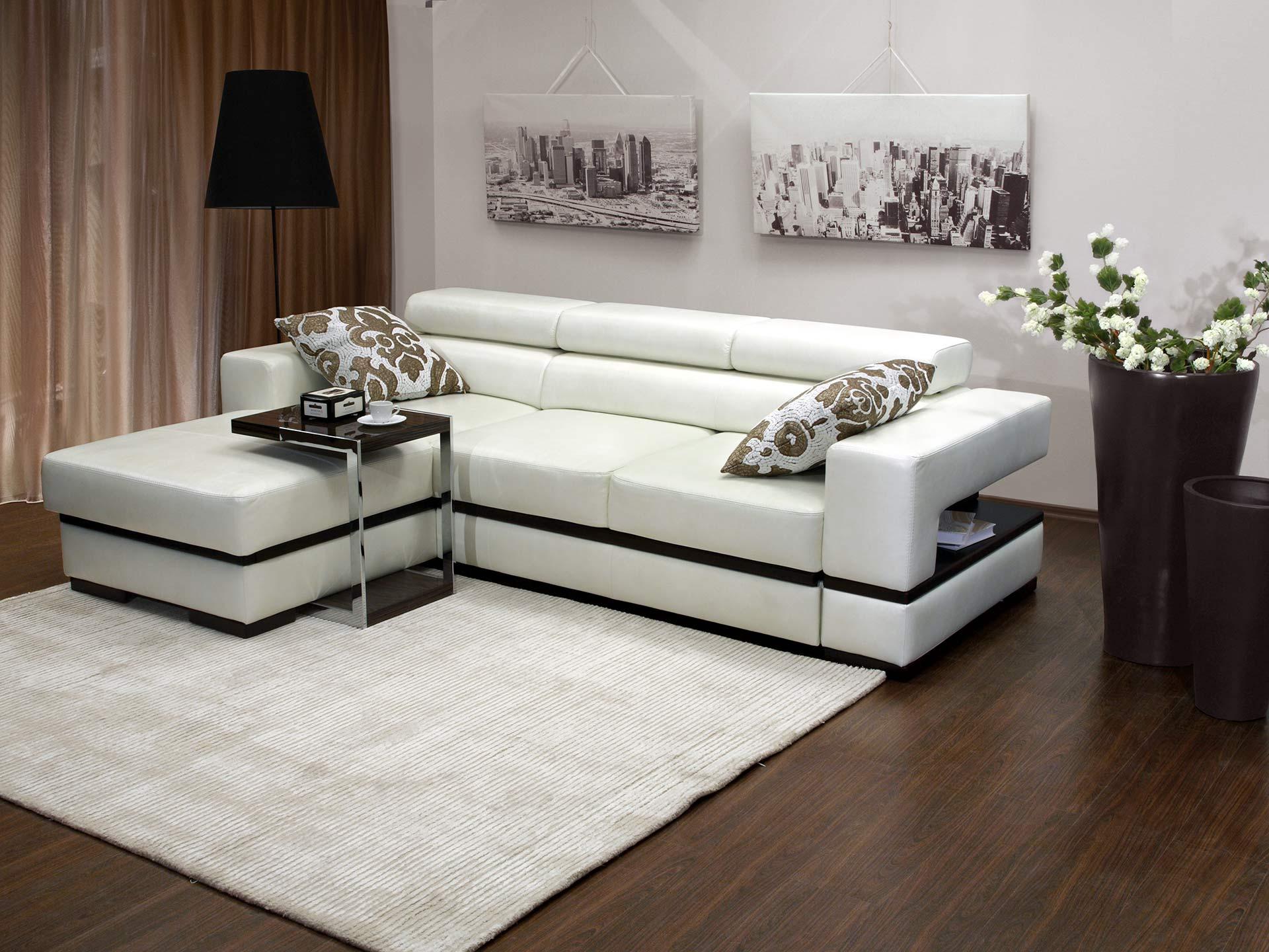 Черно-белый диван с оттоманкой в интерьере гостиной