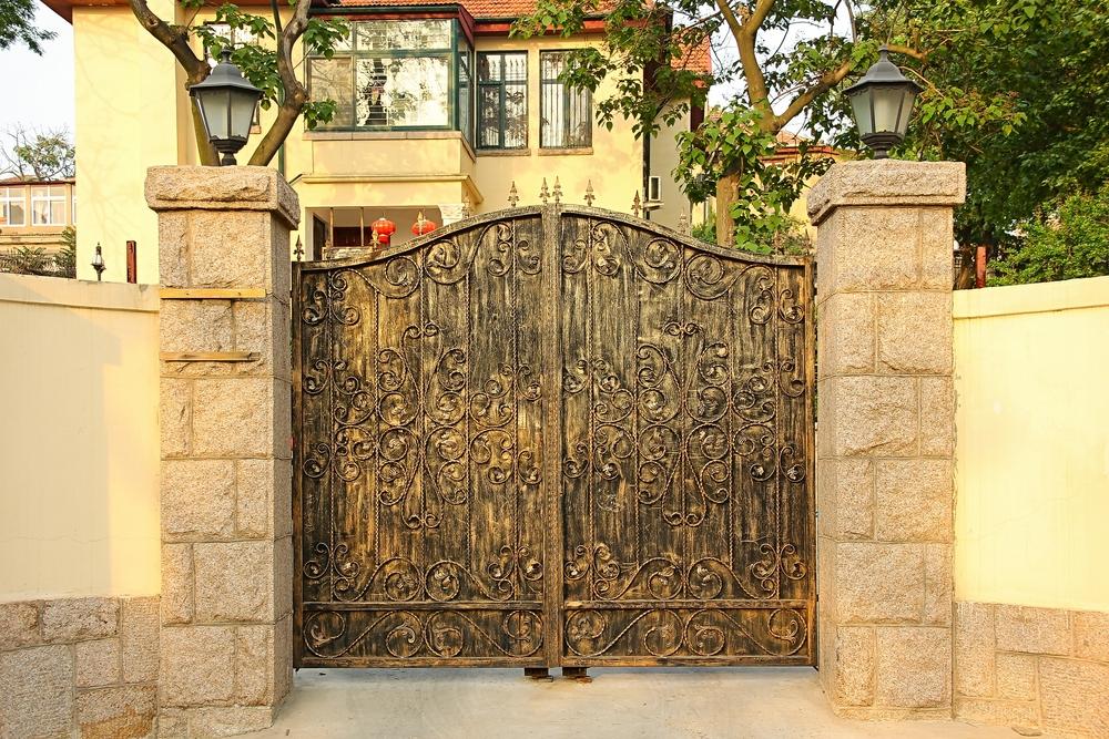 Ворота в состаренном стиле