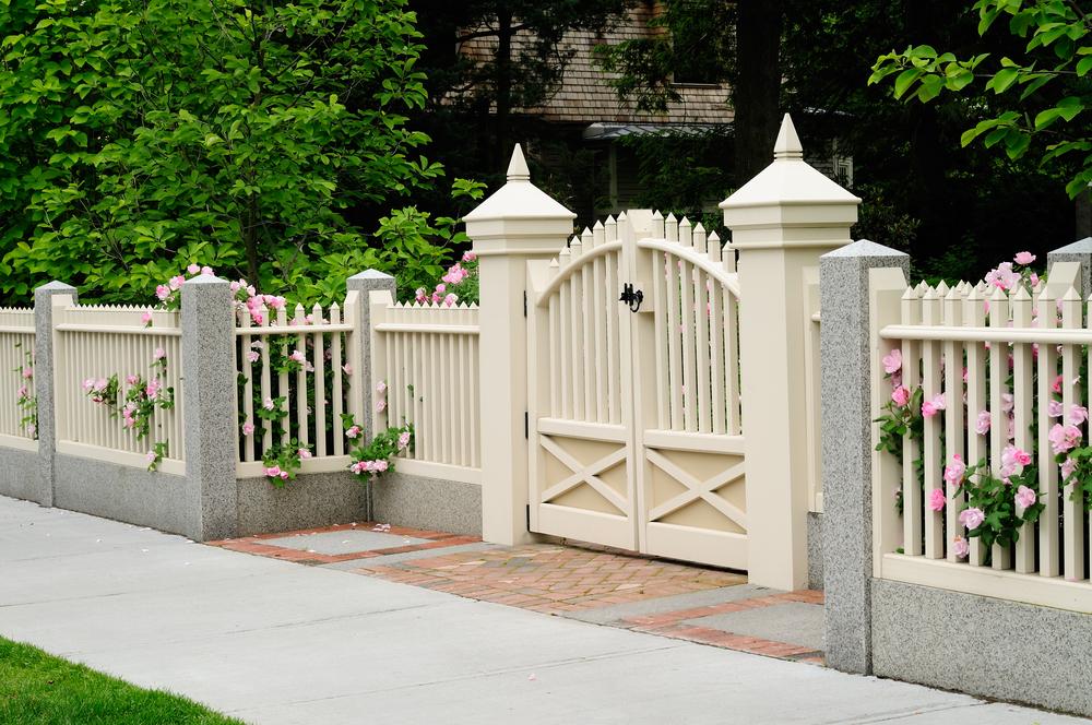 Белые деревянные ворота