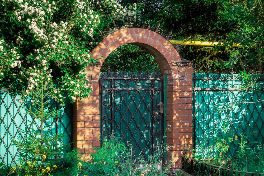 Ворота из профнастила и кирпича