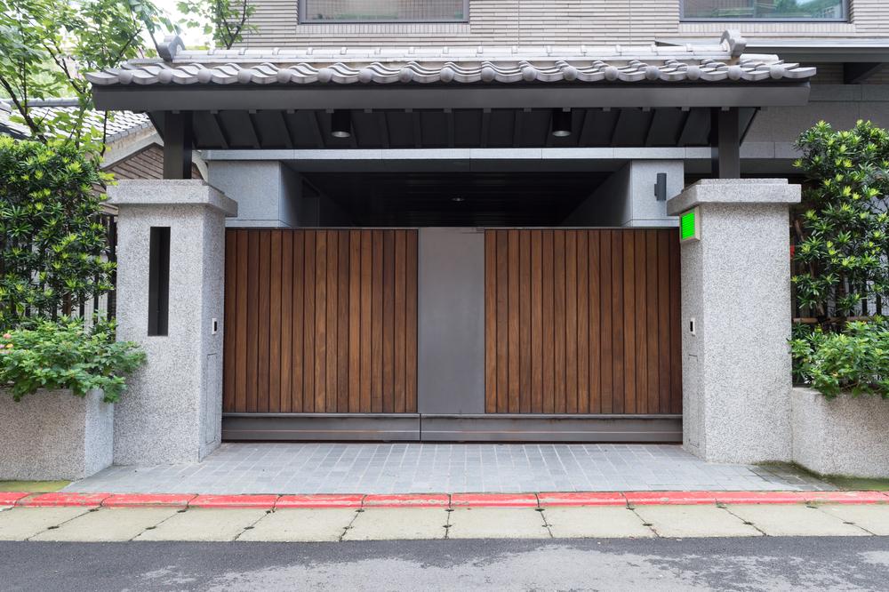 Ворота из дерева в стиле модерн