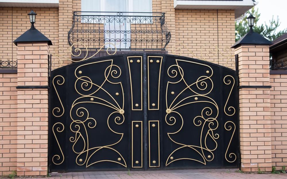 Черный забор с золотым декором