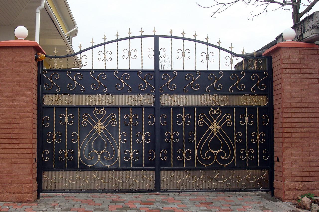 Глухие металлические ворота частного дома