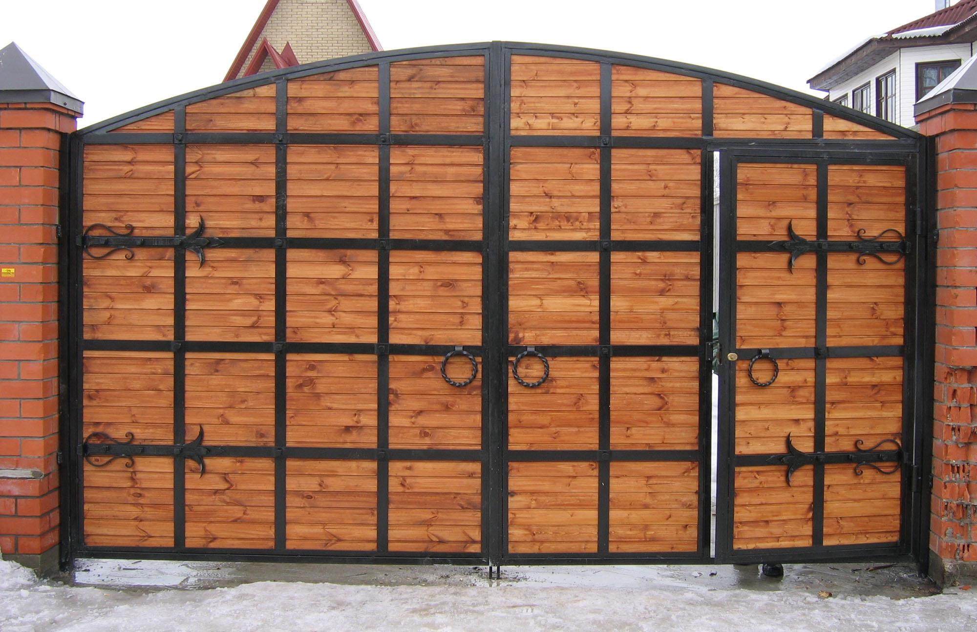 Ворота из дерева и металла с калиткой