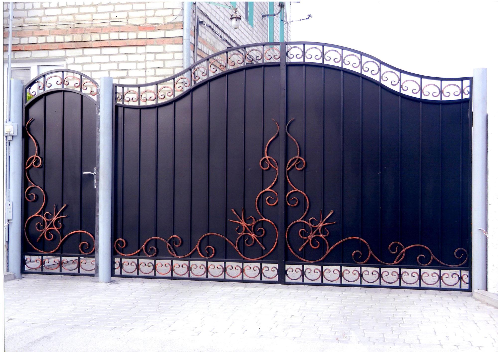Черно-золотистые металлические ворота и калитка