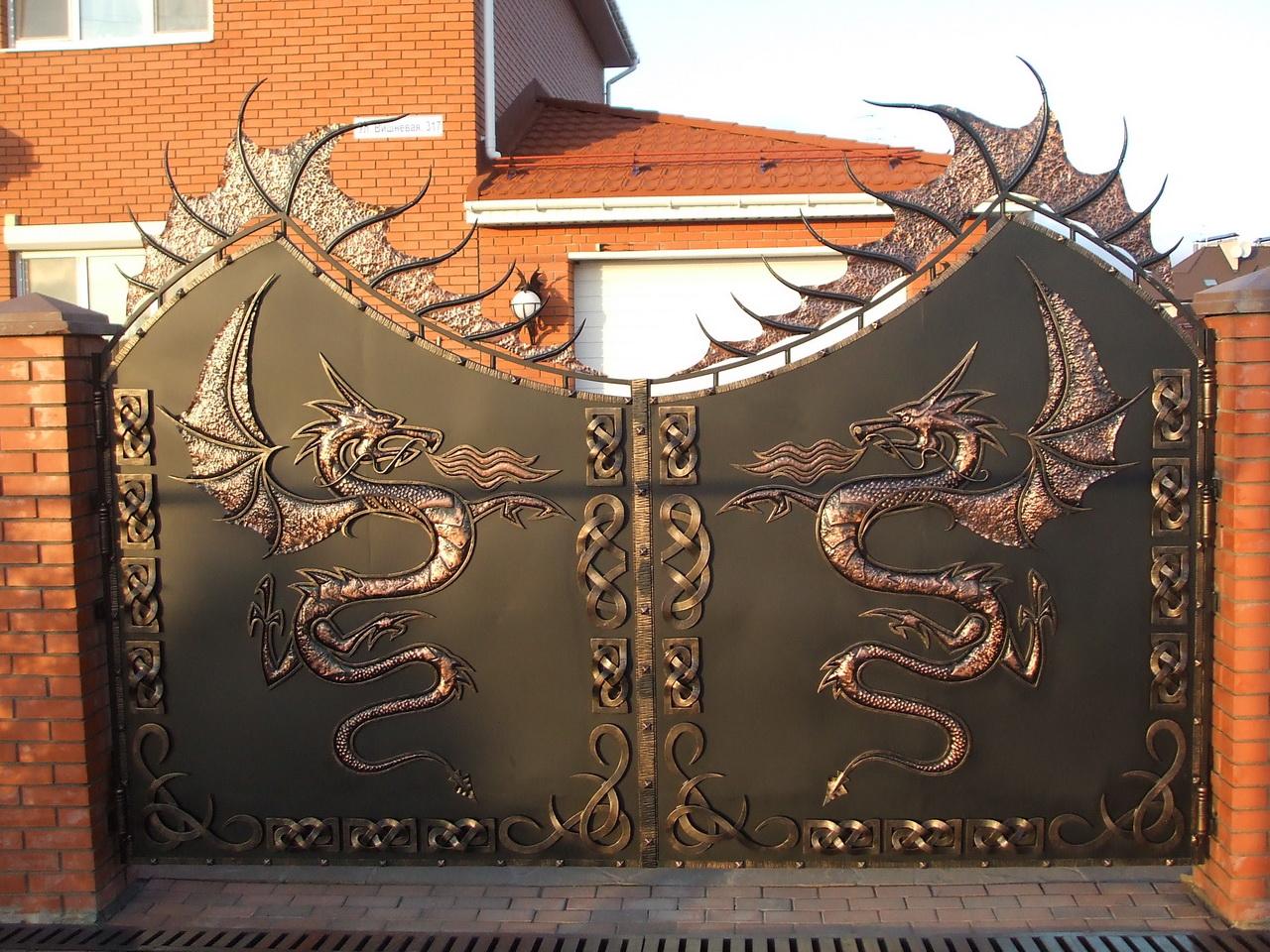 Оригинальные металлические ворота дома