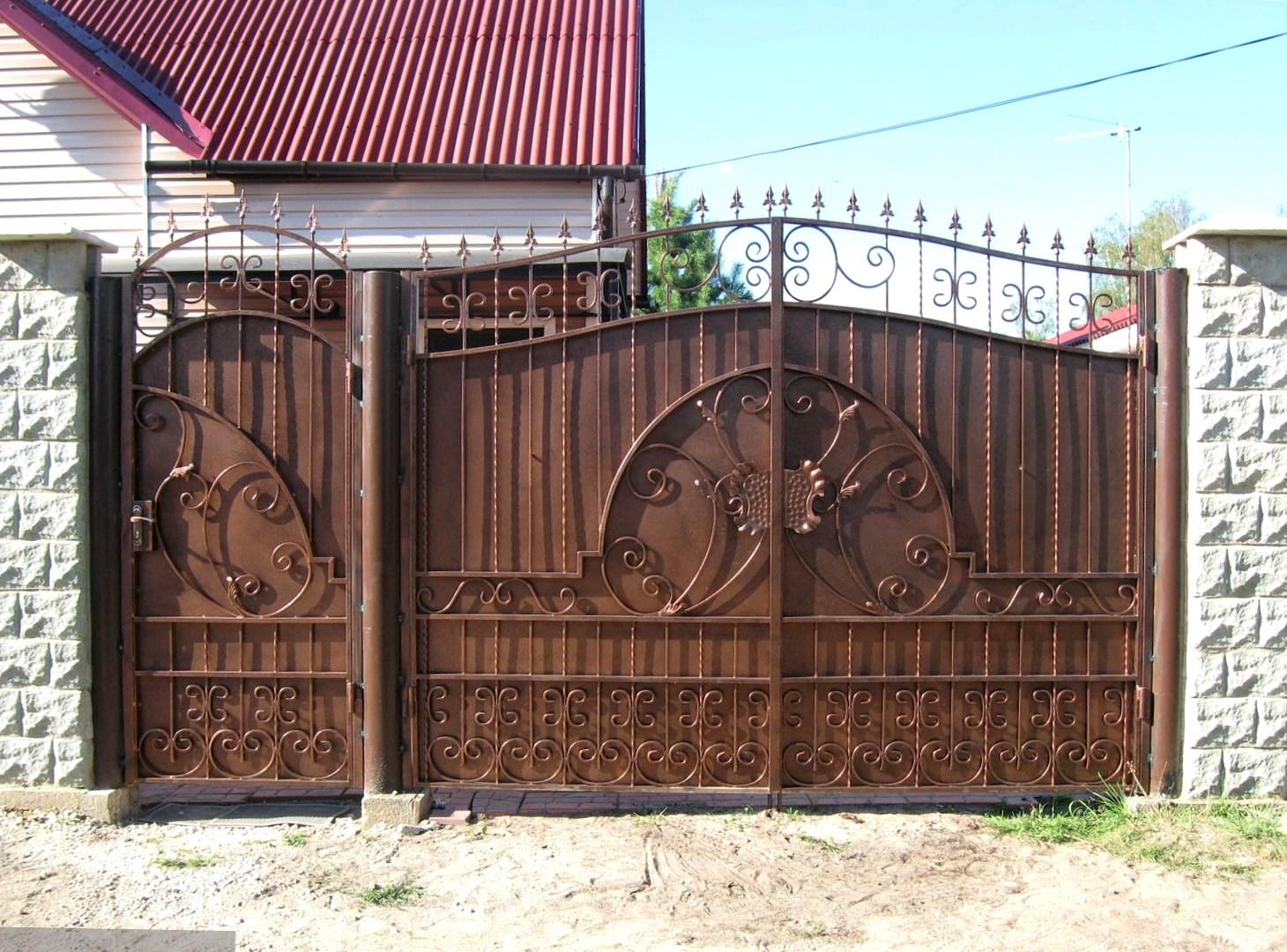 Глухие ворота и калитка с коваными элементами