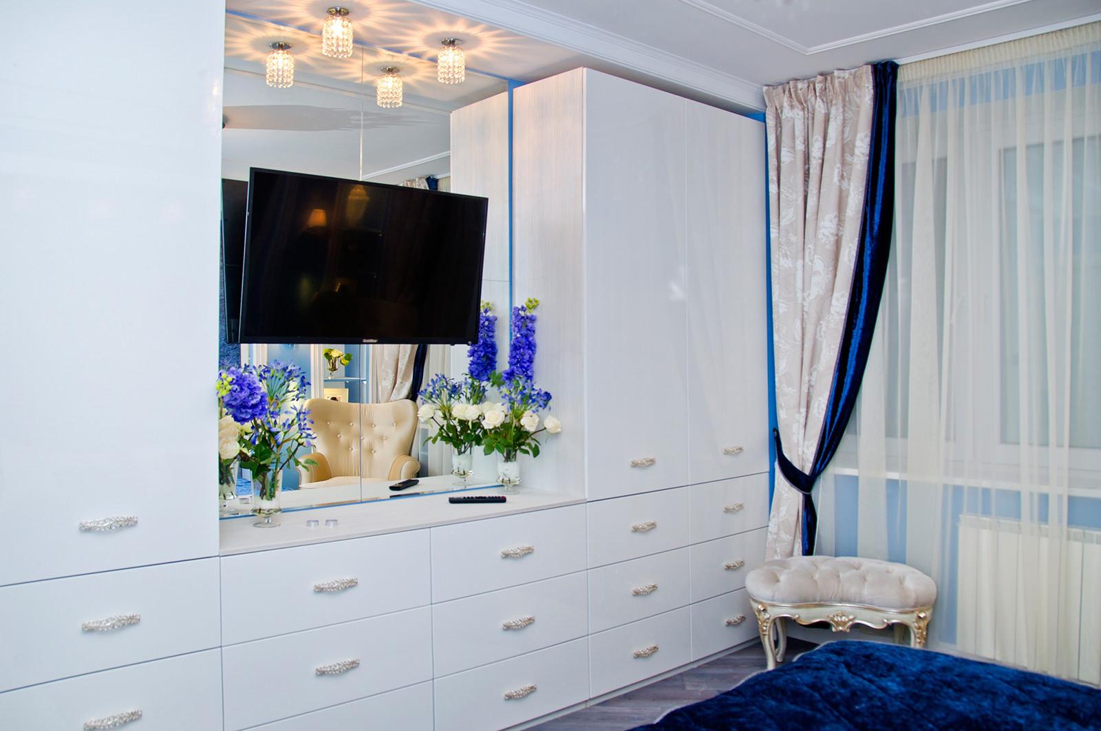 Бело-синий дизайн спальни