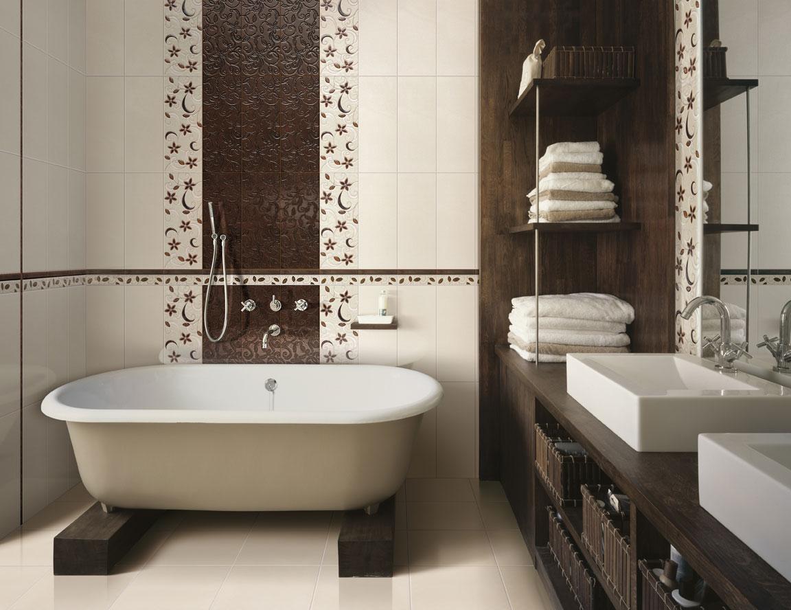 Коричневая и бежевая плитка с узорами в дизайне стен ванной
