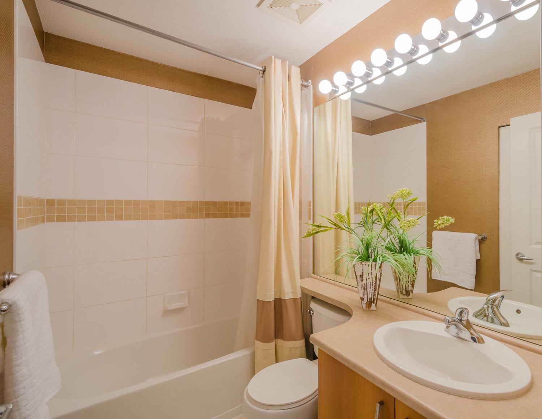 Бежево-белый дизайн стен ванной