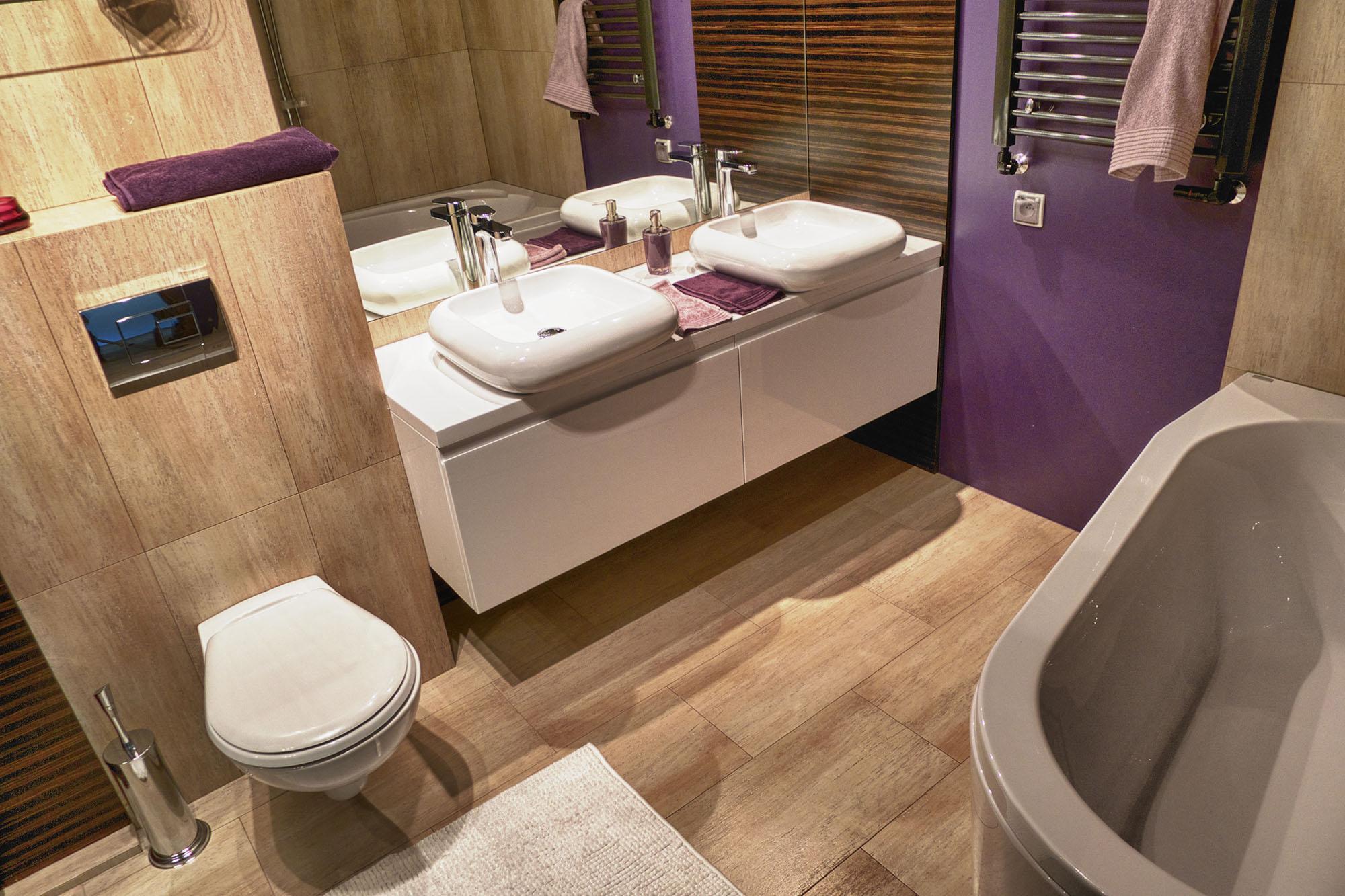 Дизайн ванной 7 кв. м с фиолетовыми акцентами