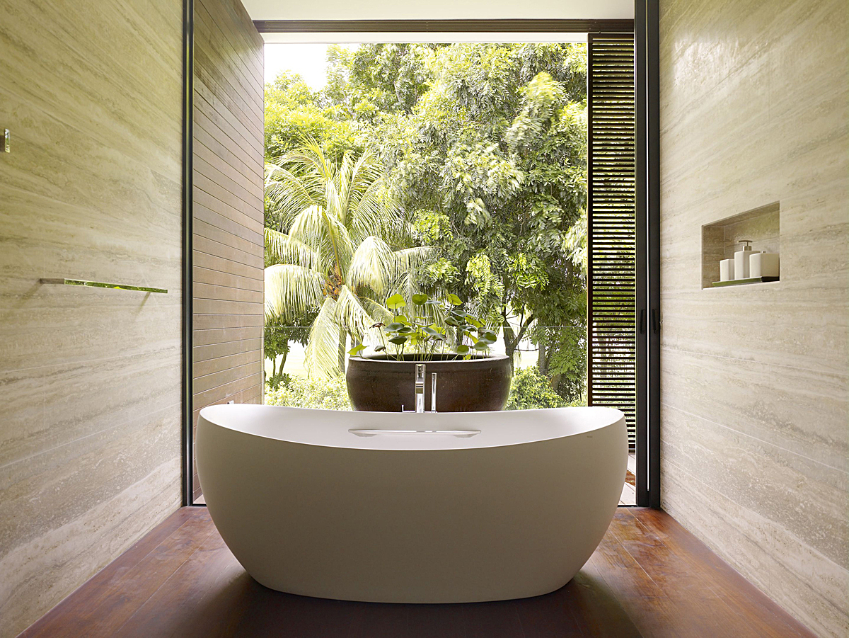 Узкая ванная комната в эко-стиле