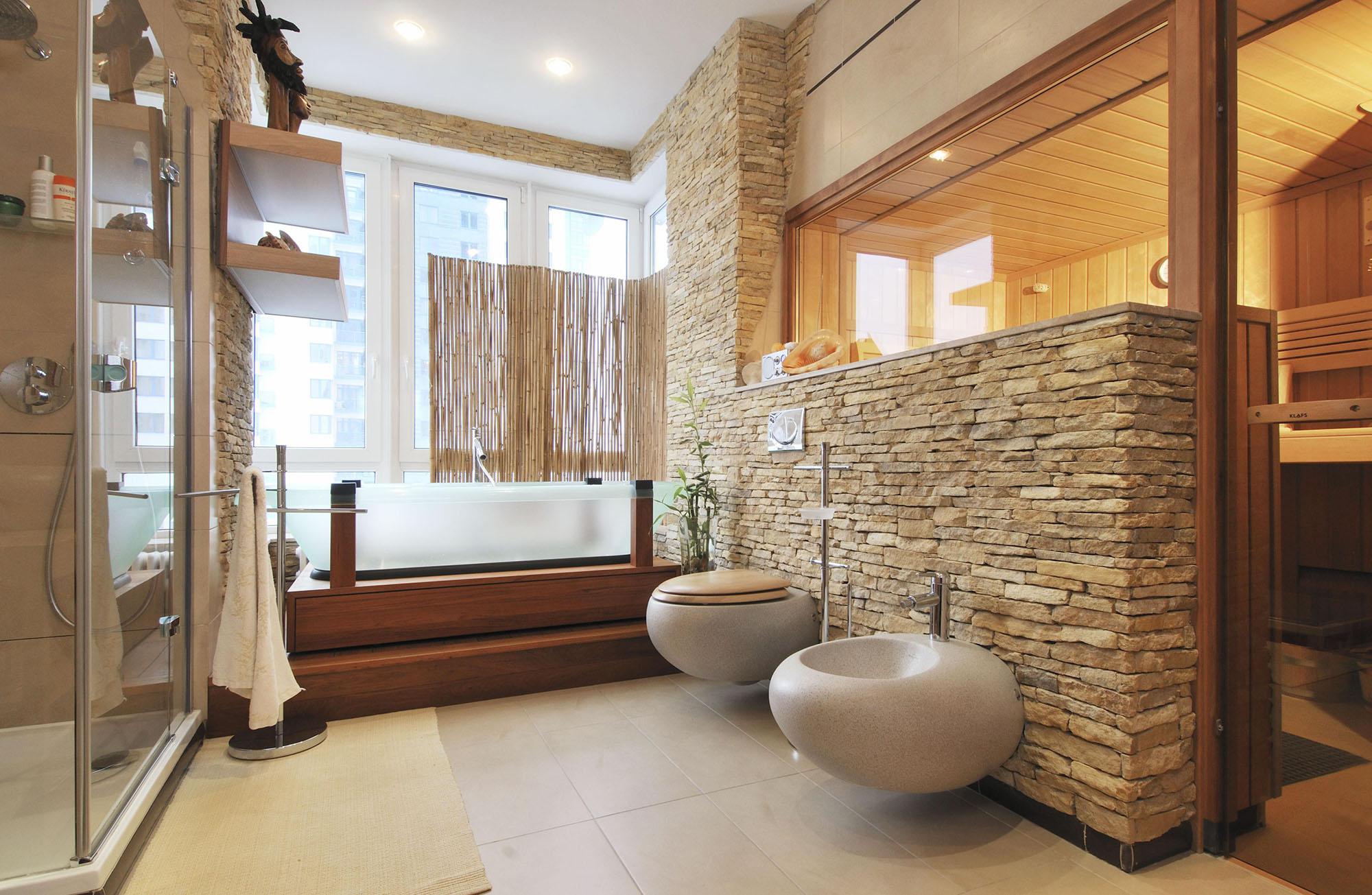 Ванная комната в эко-стиле с декоративным камнем