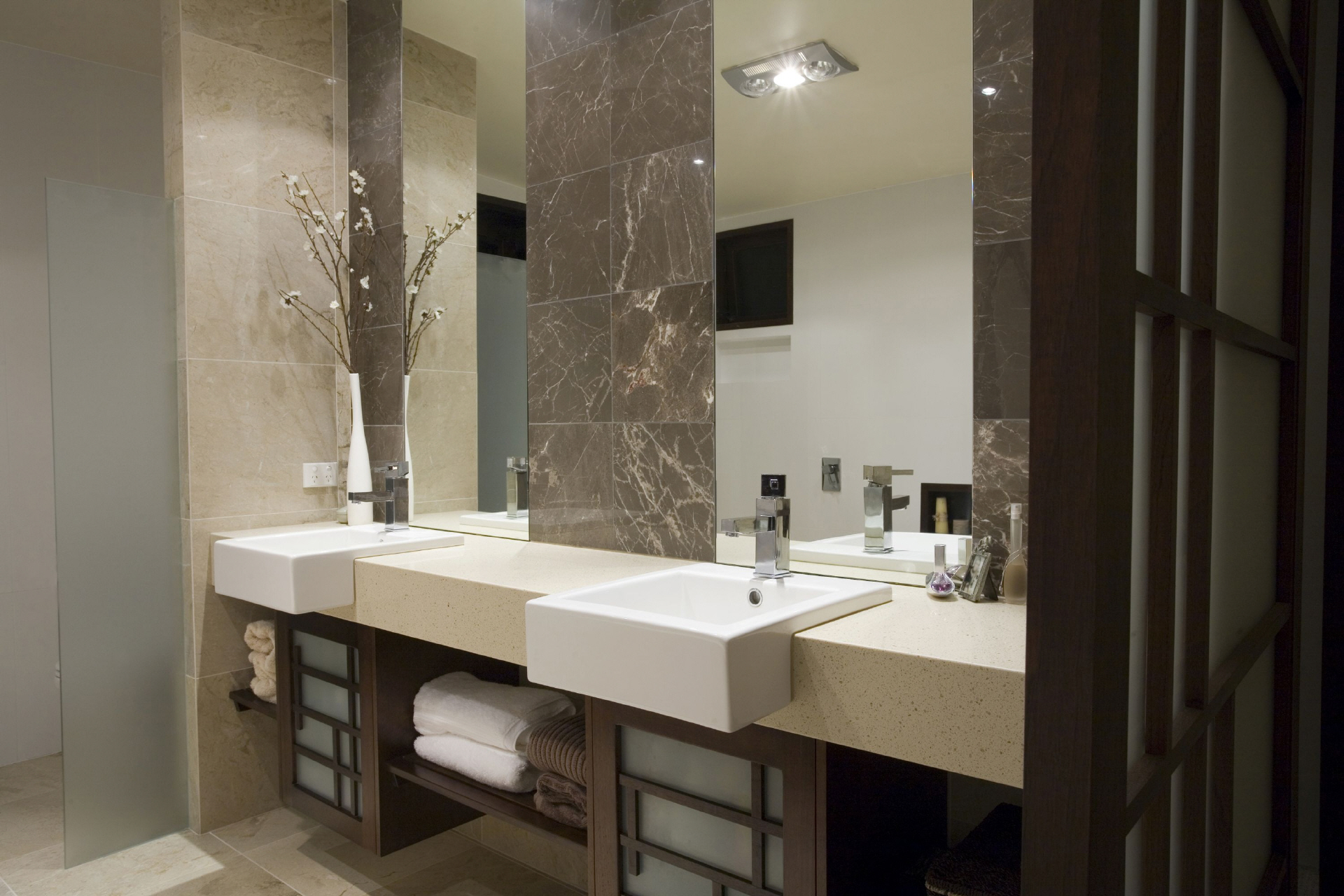 Бежево-коричневая ванная комната 7 кв. м с двумя умывальниками