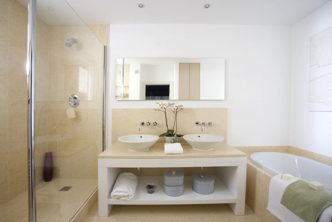 Бежево-белая ванная комната 7 кв. м с двумя умывальниками