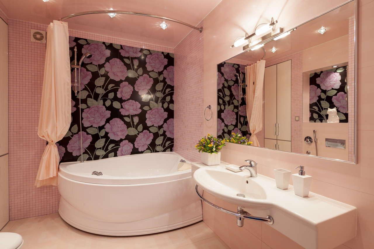 Современная ванная комната с угловой ванной
