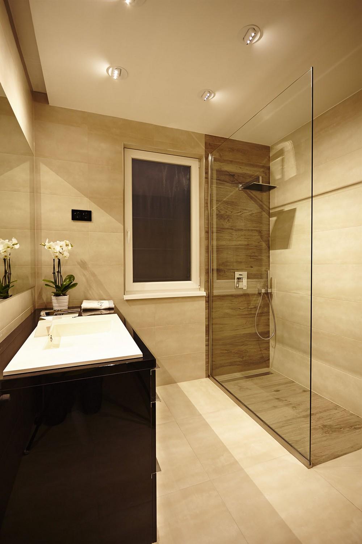 Бежевая ванная комната в доме