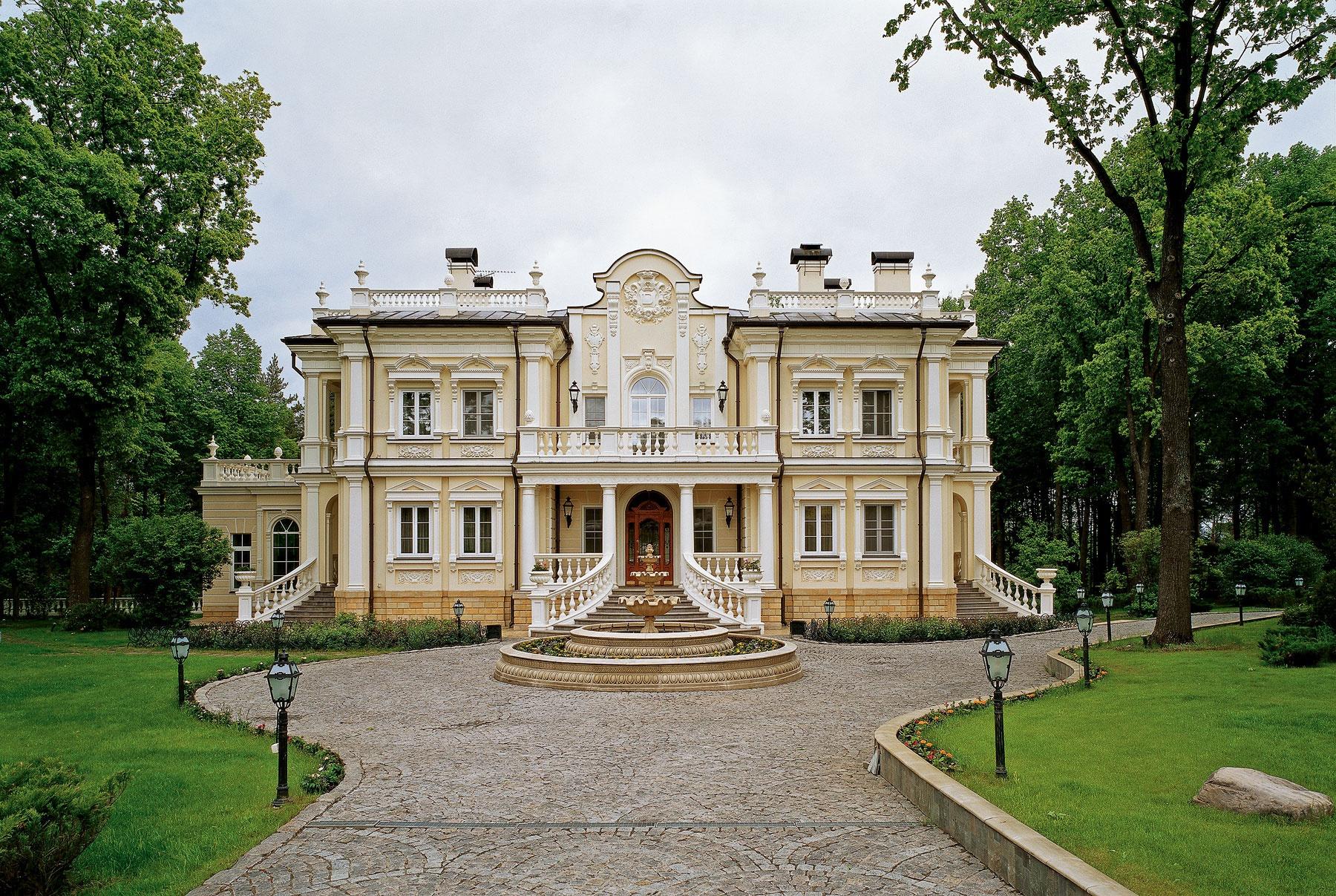 Бежево-белый фасад дома в классическом стиле