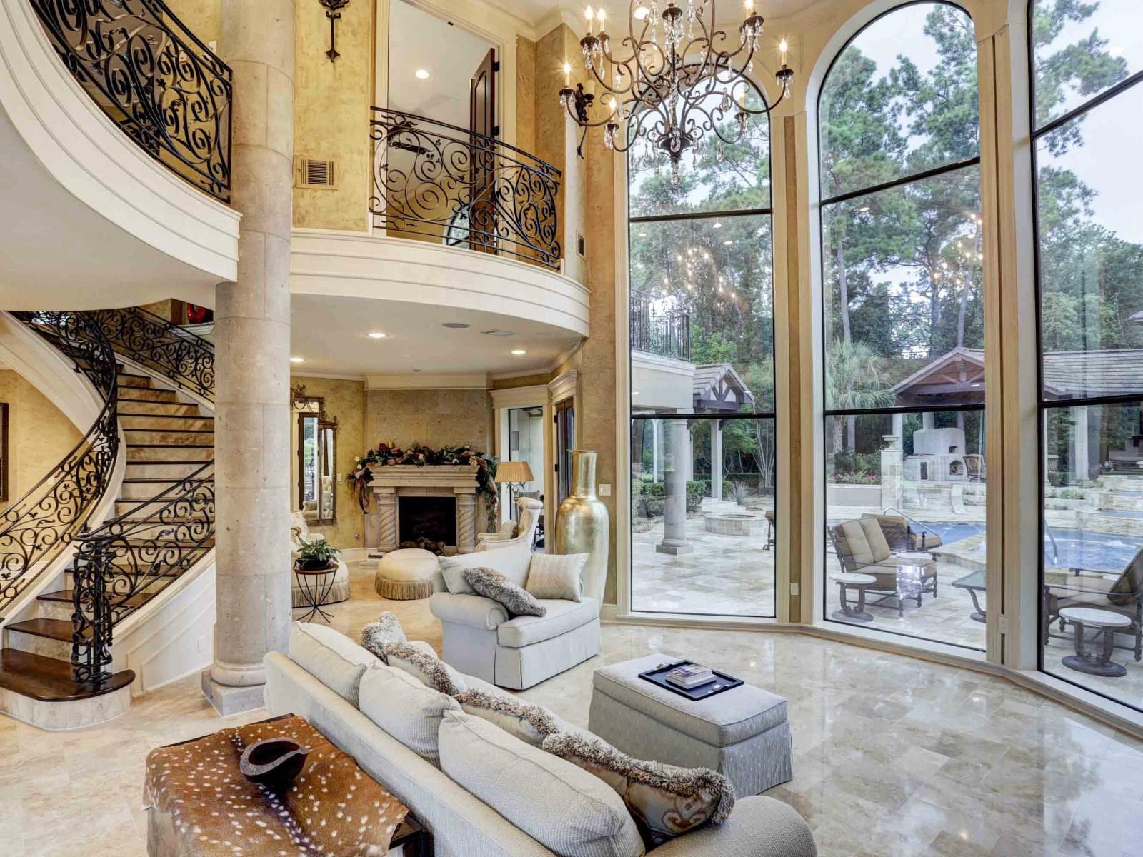 Интерьер гостиной дома в классическом стиле