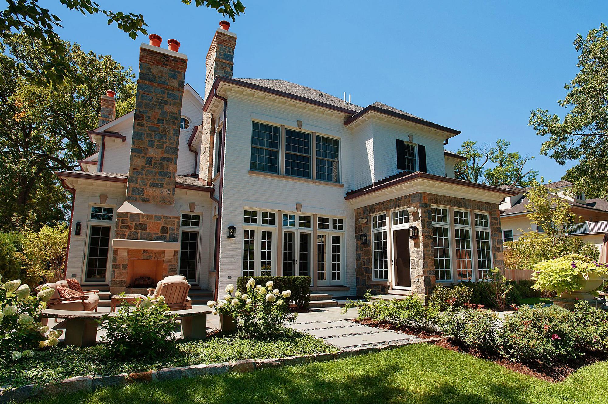 Двухэтажный дом с террасой в классическом стиле