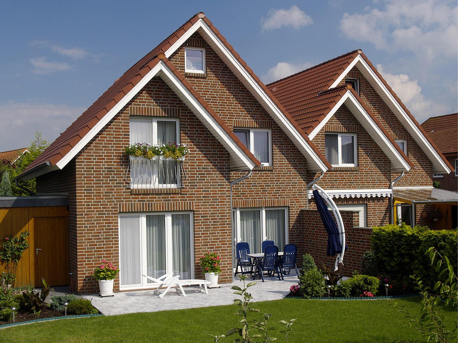 Небольшой кирпичный двухэтажный дом в классическом стиле
