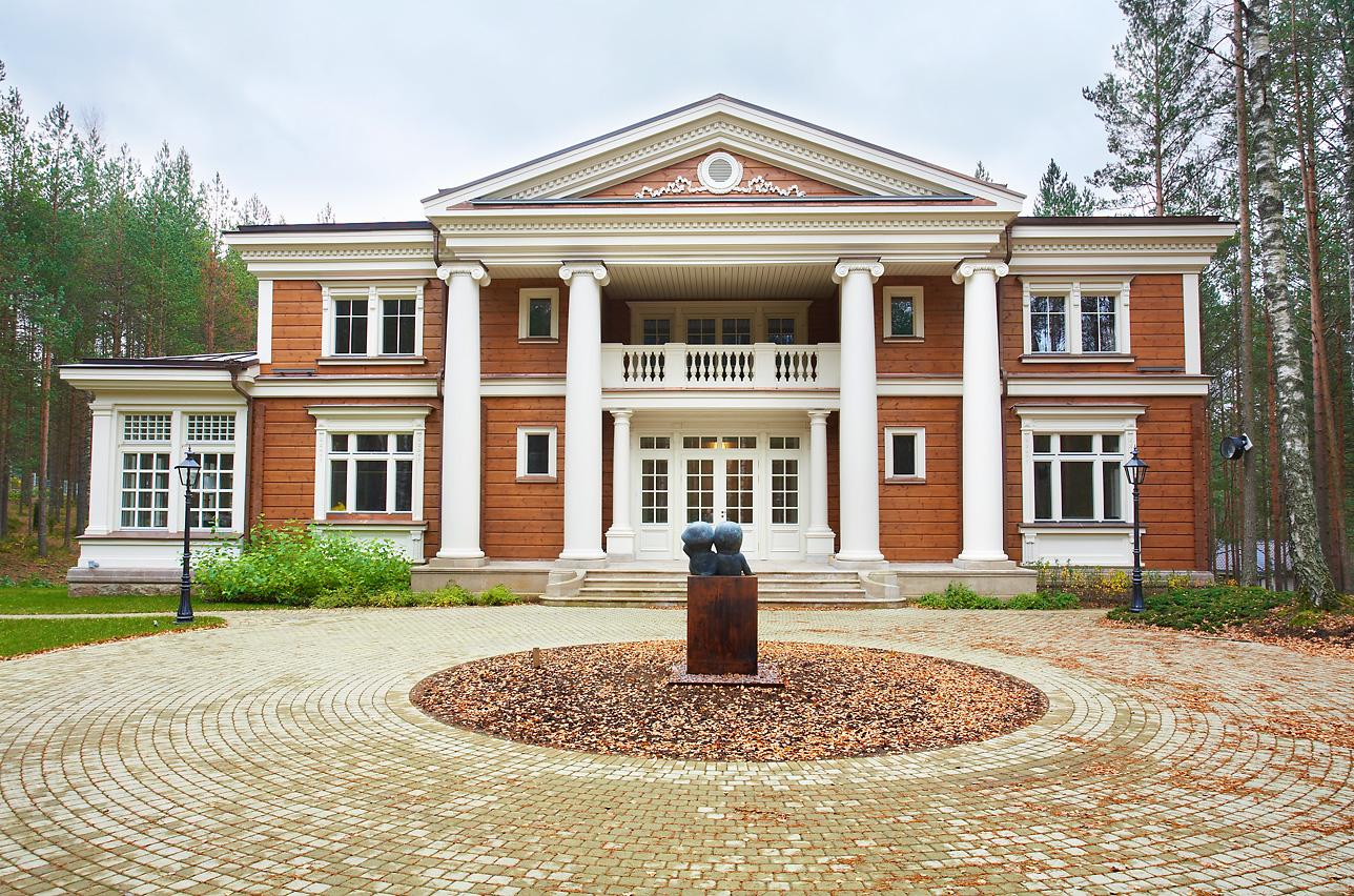 Дом из деревянного бруса с колоннами в классическом стиле