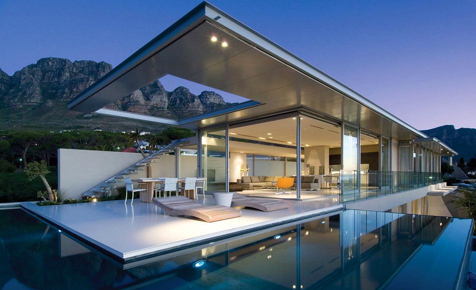 Современный дом в стиле хай-тек с большим бассейном