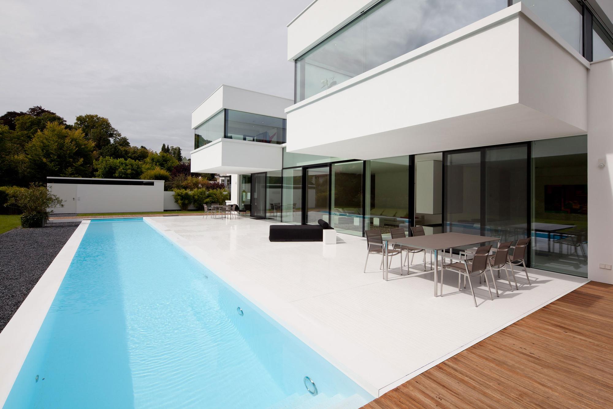 Светлый дом в стиле хай-тек с плоской крышей