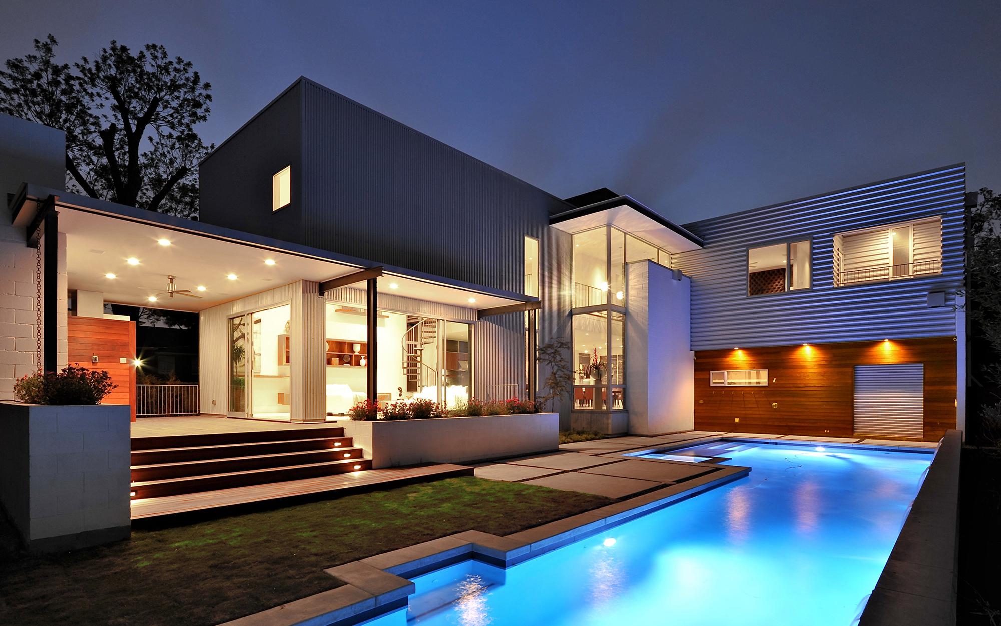 Современный дом с бассейном в стиле хай-тек