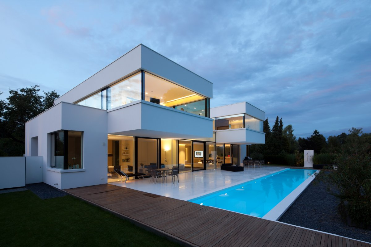 Светлый дом с бассейном в стиле хай-тек