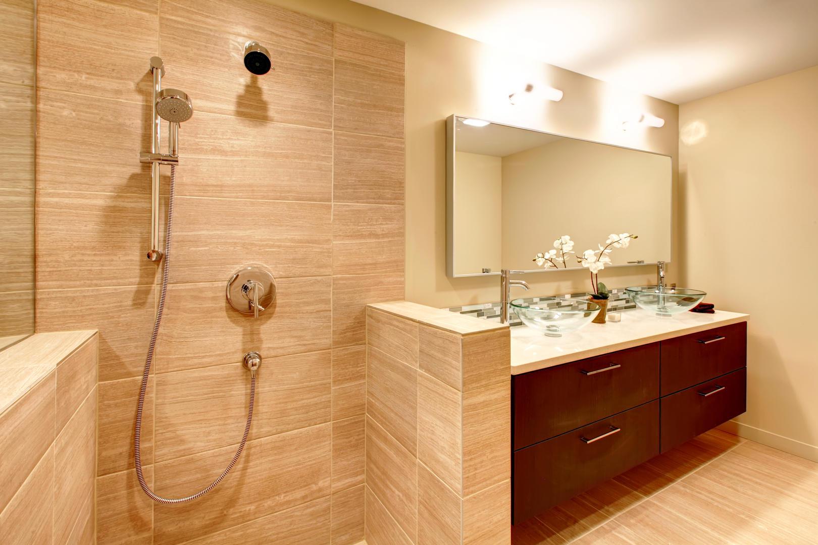 Бежевая ванная комната с душем