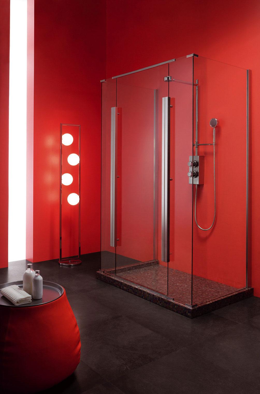 Душ без поддона в красно-черной ванной