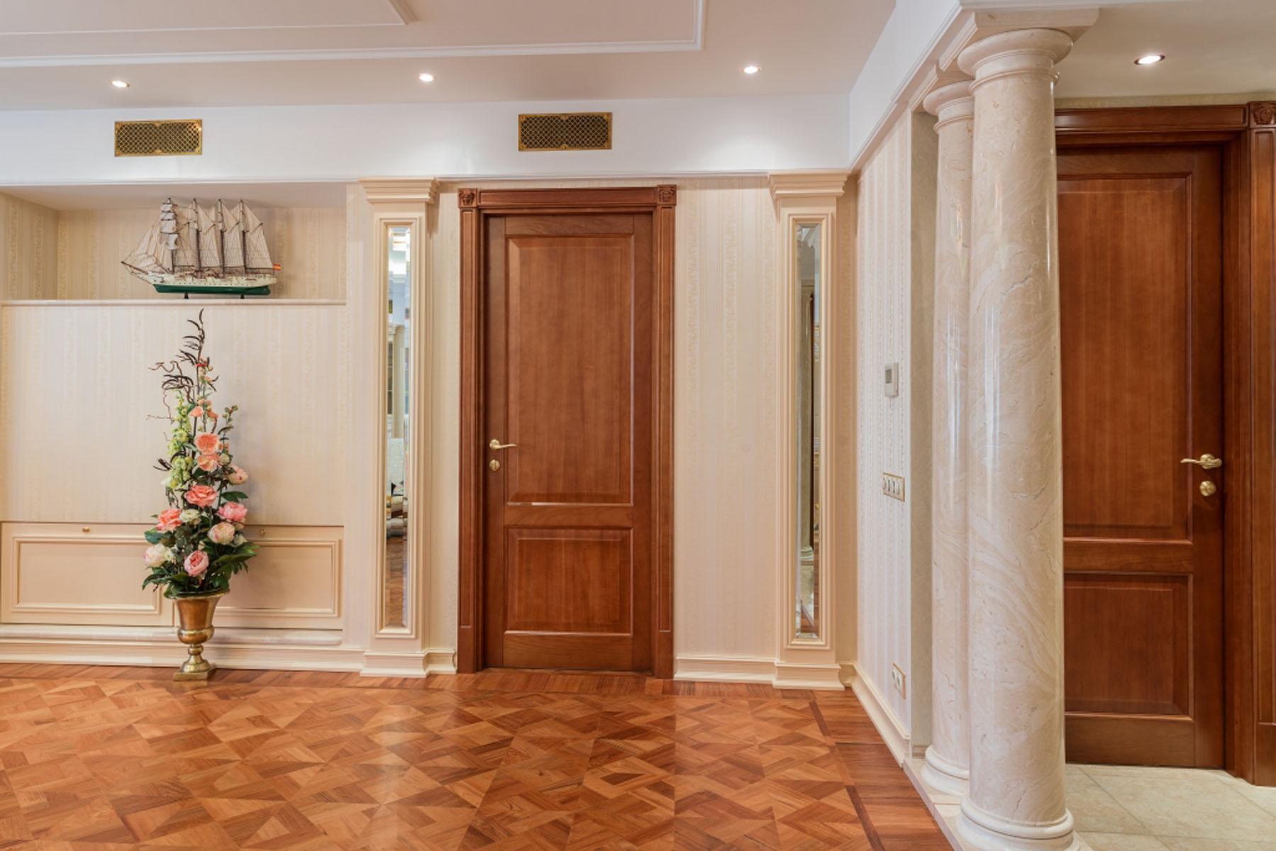 Деревянная дверь из массива в ванную