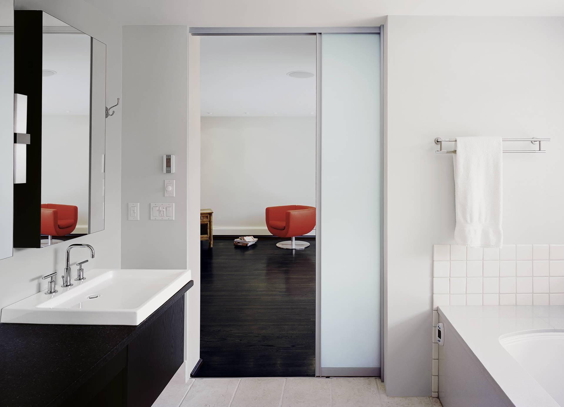 Матовая раздвижная дверь в ванную