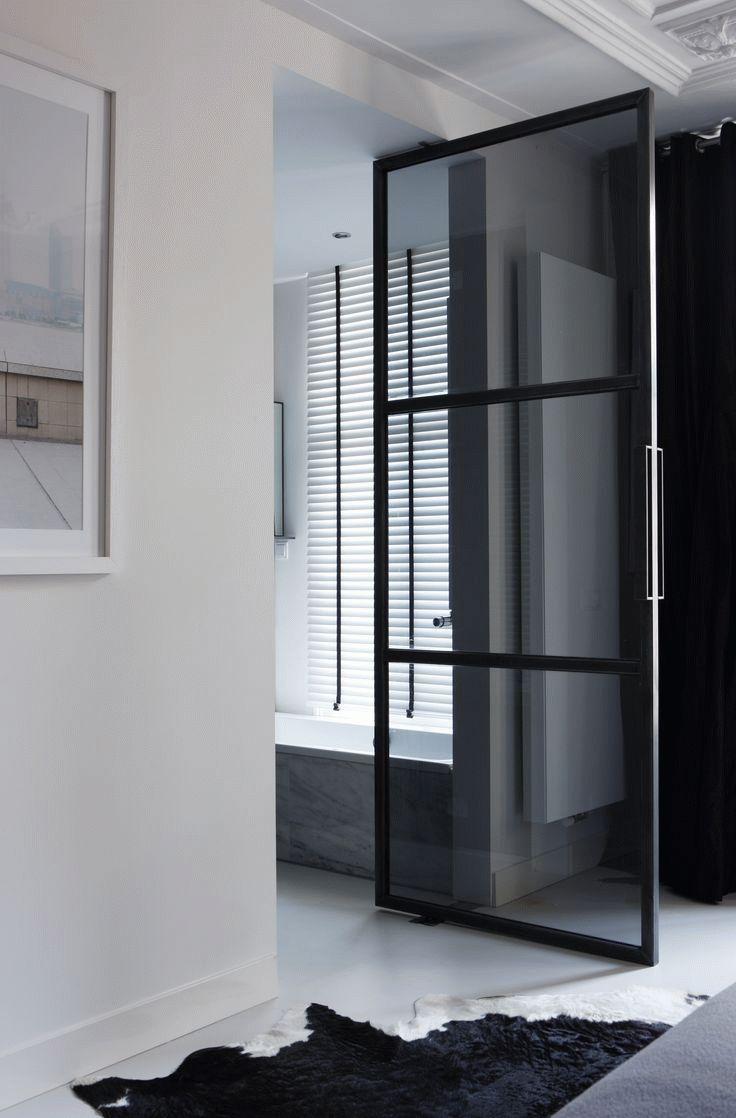 Черная стеклянная дверь в ванную