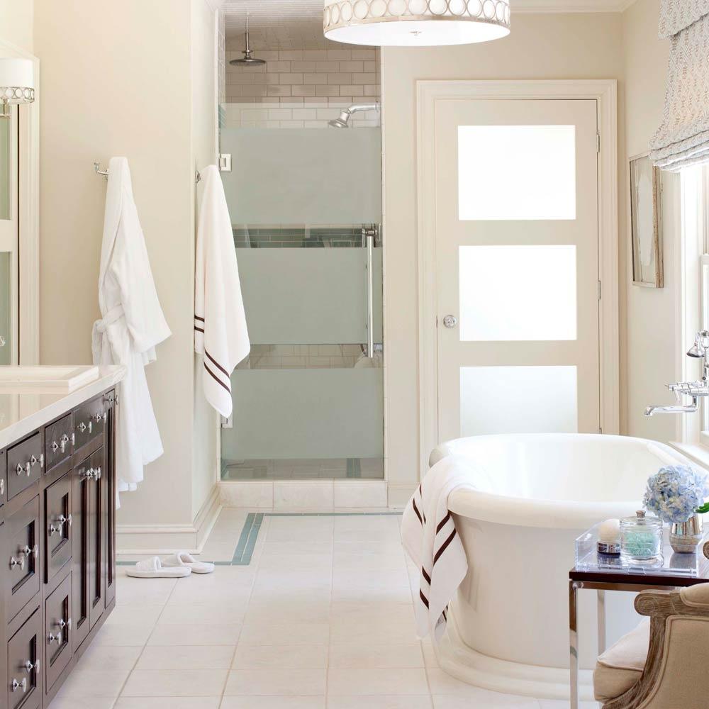 Комбинированная белая дверь в ванную