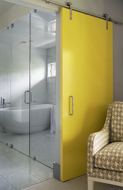 Желтая раздвижная дверь в ванную