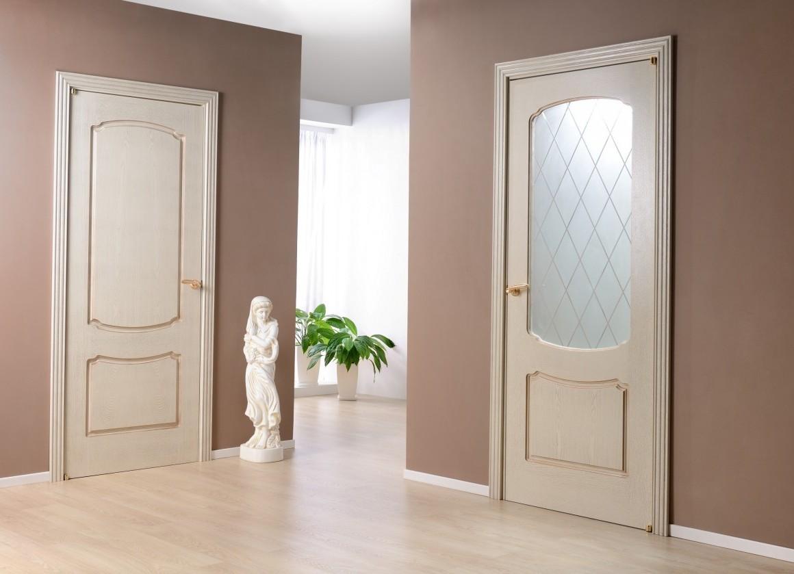 Деревянная бежевая дверь из массива в ванную