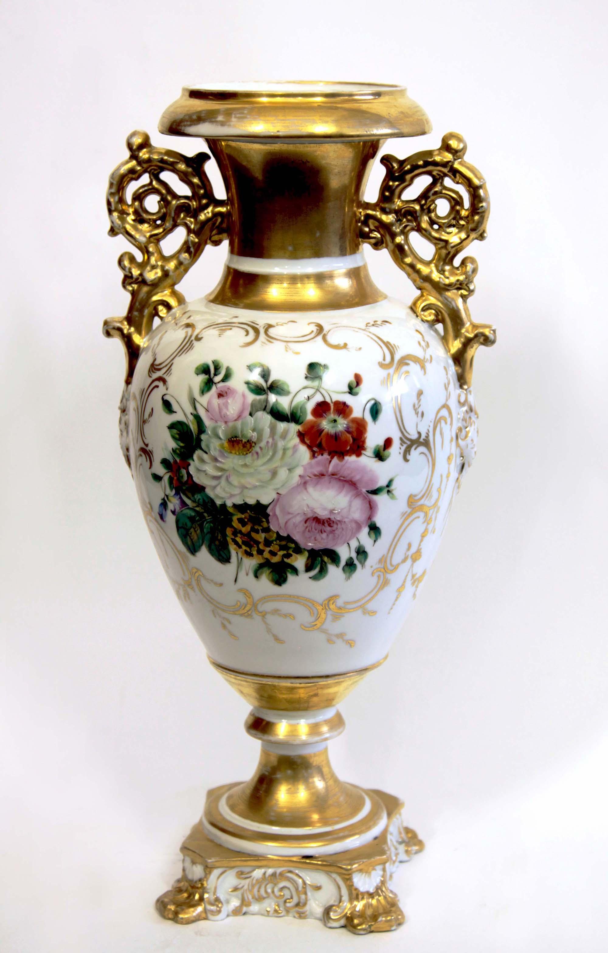 Красивая фарфоровая ваза с золотистым декором